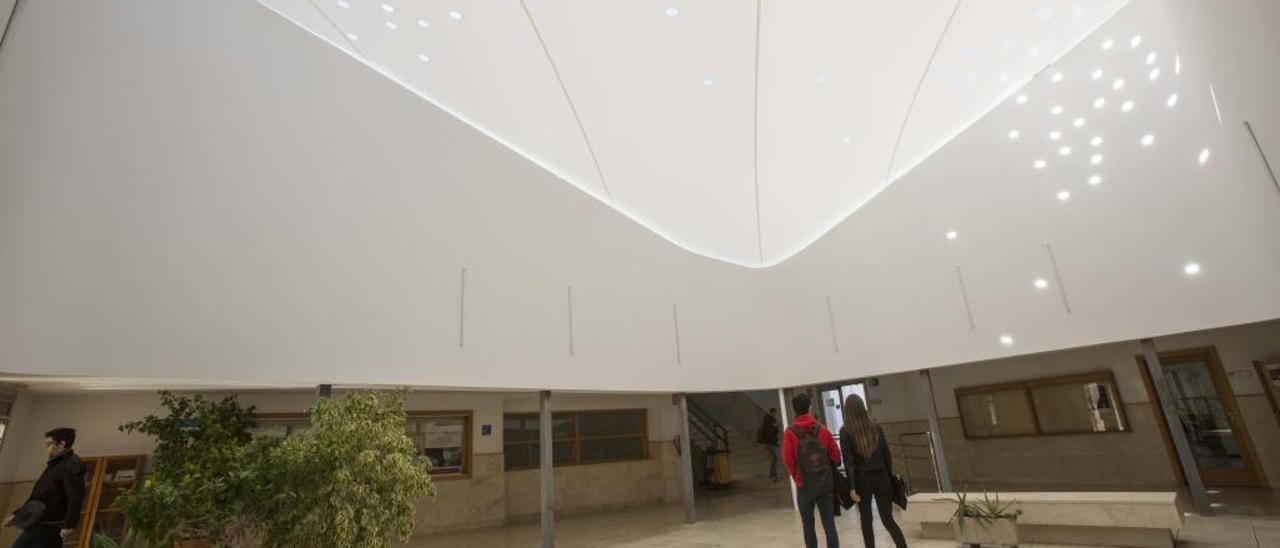 La nueva cubierta del patio de la Escuela Politécnica Superior ya está colocada y en funcionamiento.