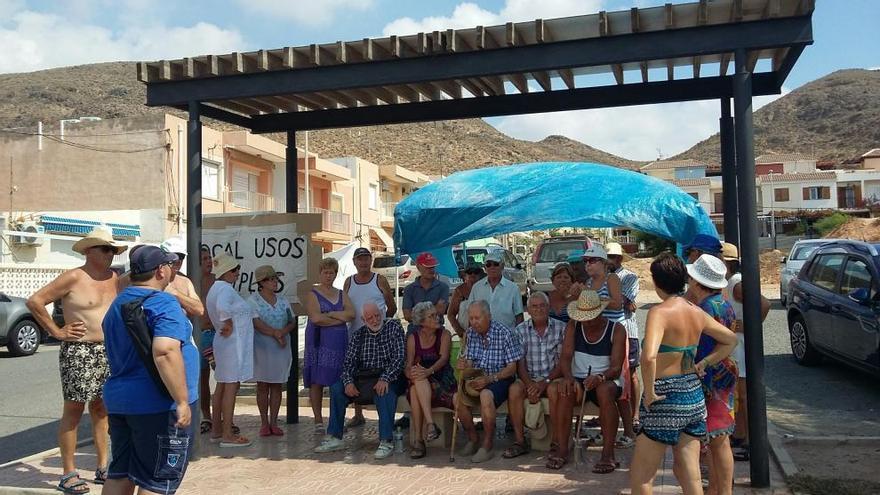 Los vecinos de La Azohía recogen firmas para hacer una sede social en el solar del antiguo cuartel
