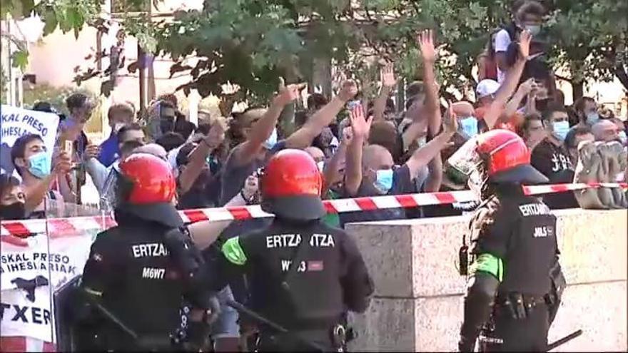 Antifascistas lanzan botellas y piedras a la Ertzaintza por un acto de Vox en Santurtzi