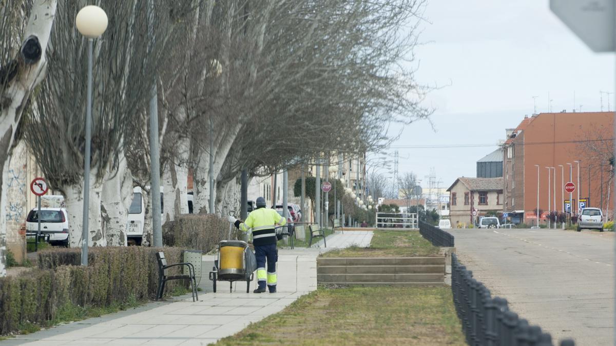 Un operario de limpieza, una de las plazas de laboral fijo que se convocan en este OPE, trabajando en la Vía del Canal.