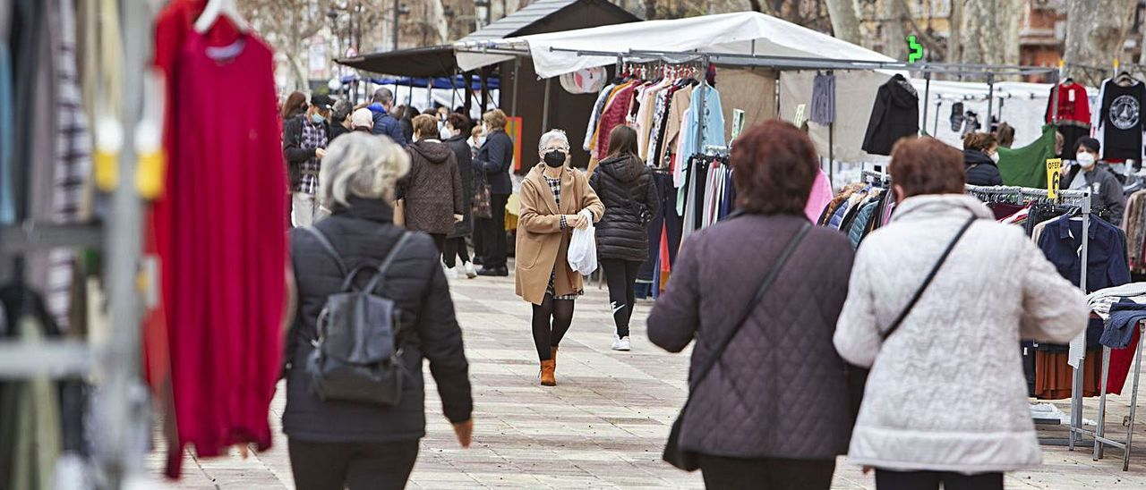Vecinas de Xàtiva pasean ante los puestos del mercado de la ciudad en una imagen del martes | PERALES IBORRA