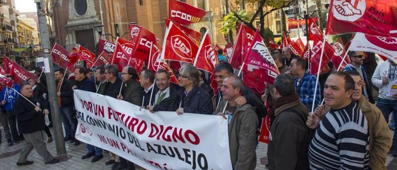 Los delegados sindicales se concentraron ayer en la plaza de María Agustina.