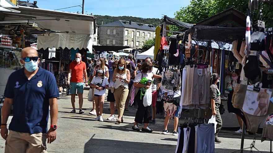 Más gente y menos compras: así es la actividad en el mercado de El Puente de Sanabria
