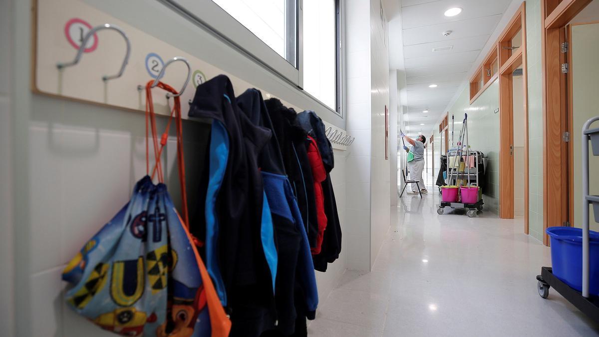 Fraude en la concertada: tendrá que devolver 100.000 euros a la Generalitat. En la imagen, limpieza en un colegio de València.