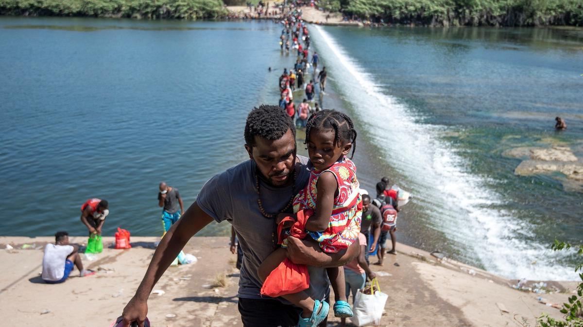 Un migrante haitiano tratando de cruzar la frontera con México.