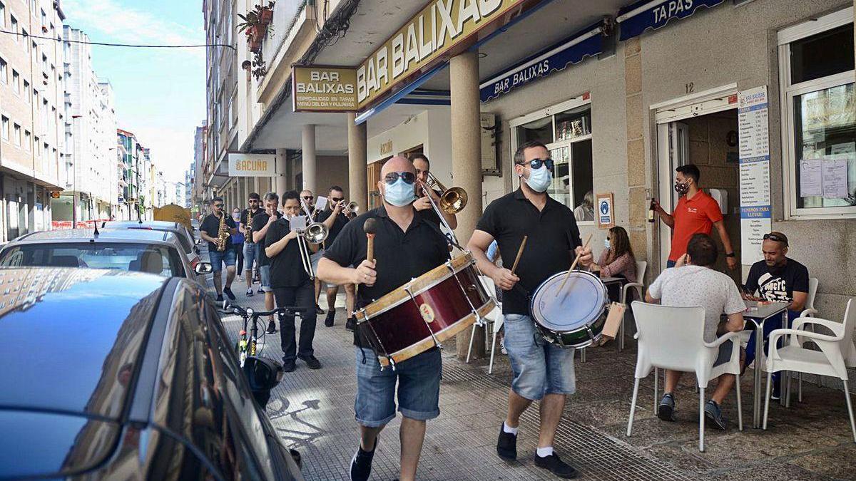Una charanga anima ayer el vermú en el barrio de O Burgo en Pontevedra.
