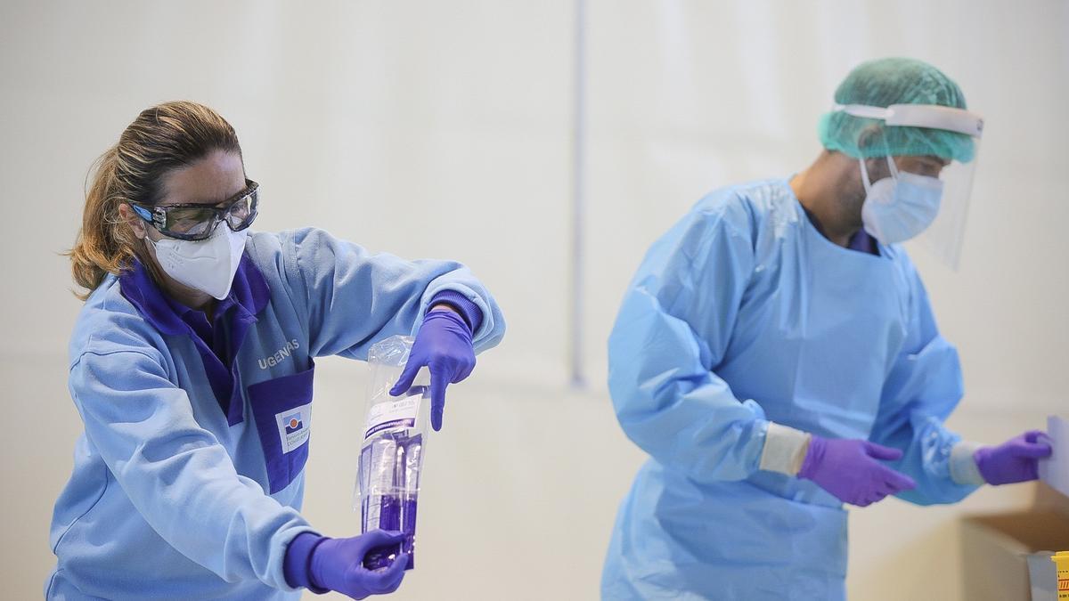 Dos sanitarios, durante unas pruebas de detección del coronavirus.