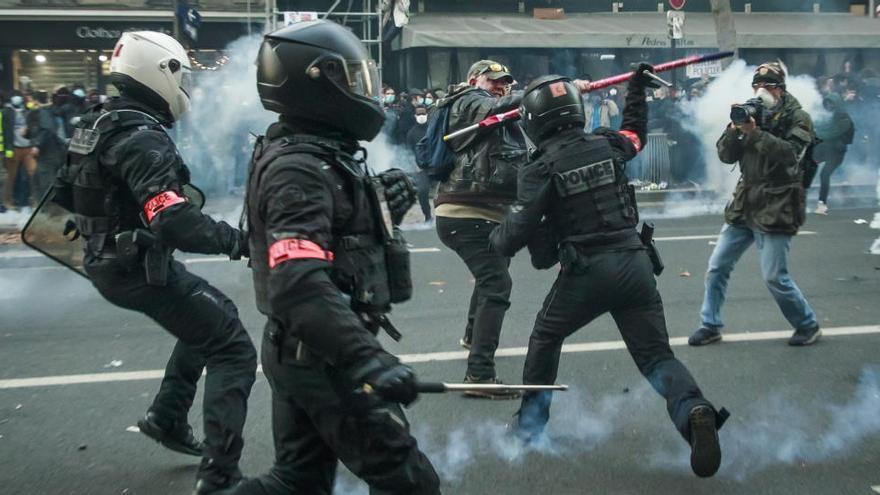 Francia reformará la polémica ley que limita la difusión de imágenes de policías