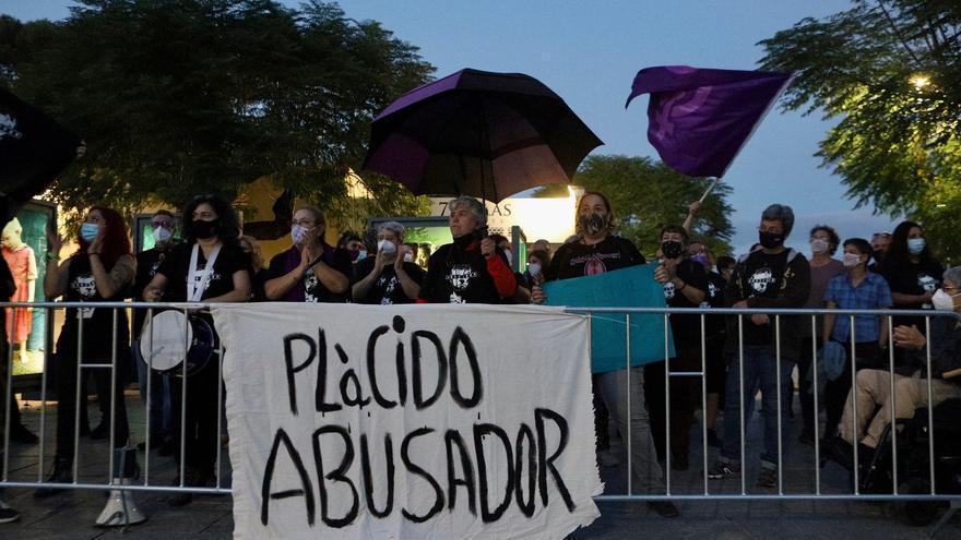 Medio centenar de personas se concentran en rechazo al concierto de Plácido Domingo