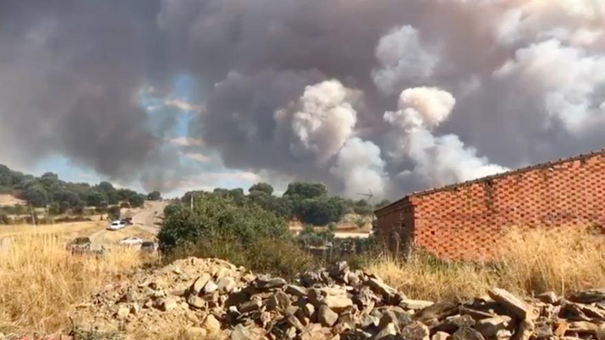 VÍDEO | El pueblo zamorano de Domez en Aliste, cercado por las llamas