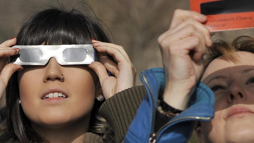 ¿Cómo hay que ver un eclipse solar para no dañar la vista?