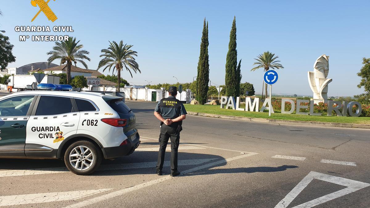 Agentes de la Guardia Civil, a la entrada del municipio.