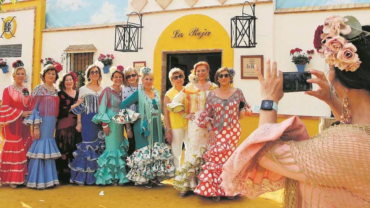 Varias mujeres vestidas de gitana en la feria de Córdoba del 2019.