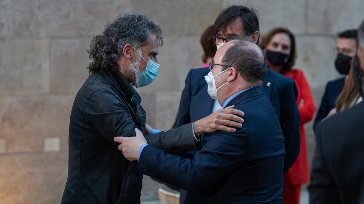 El presidente de Òmnium Cultural (i), Jordi Cuixart, abraza a Miquel Iceta.