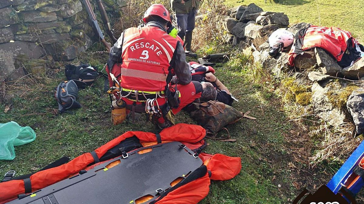 El cazador, tendido en el suelo, es atendido por integrantes del grupo de rescate del SEPA. | SEPA