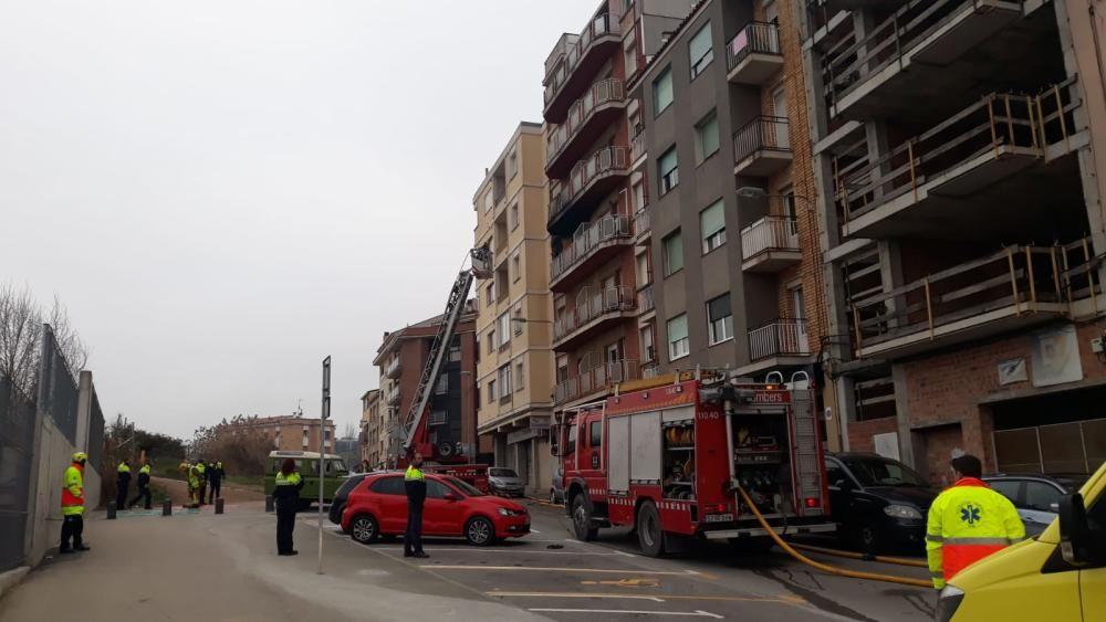 Un incendi afecta un bloc de pisos a la carretera