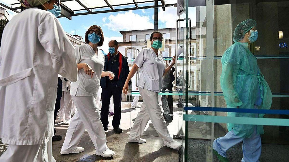 Profesionales sanitarios en la entrada del Hospital Provincial tras una concentración.