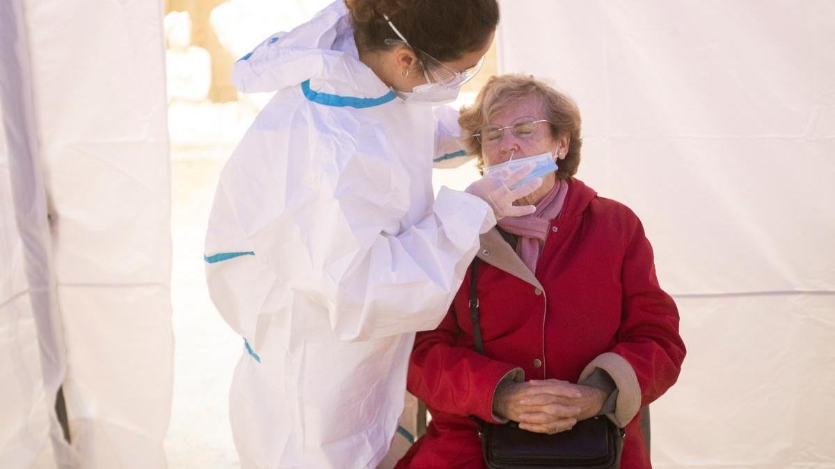 Una mujer se realiza una PCR en Barcelona.