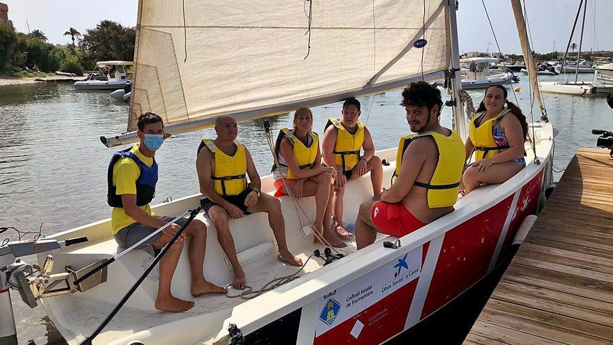 Los usuarios del Centro de Día de Formentera disfrutan de nuevo del mar