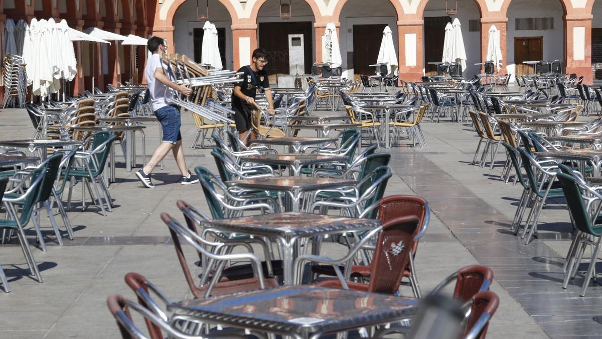 Dos trabajadores de un local en la Plaza de la Corredera.
