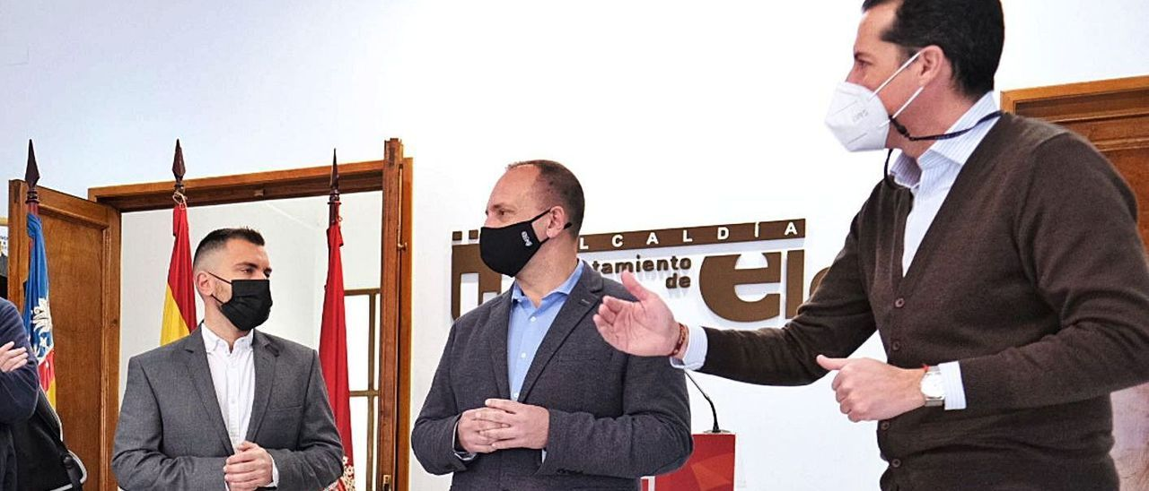 El edil Javier Rivera, el conseller Martínez Dalmau y el alcalde Rubén Alfaro, en enero en Elda. | ÁXEL ÁLVAREZ