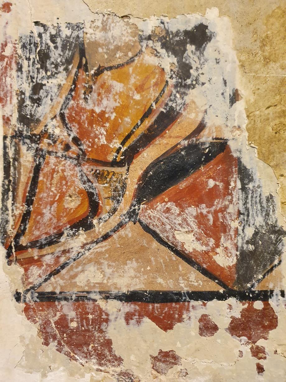 Cata nº1: se ve el zapato y parte del suelo geométrico de la estancia