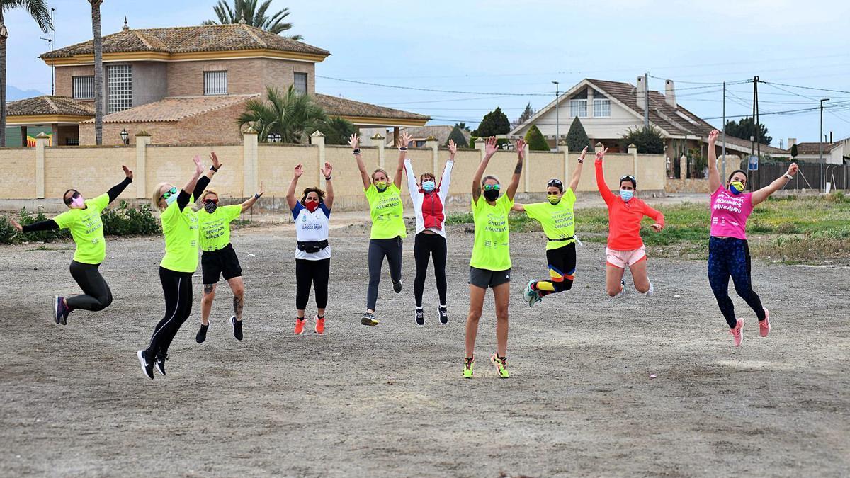 Participantes del club de Llano de Brujas que se reunieron ayer para realizar el recorrido.