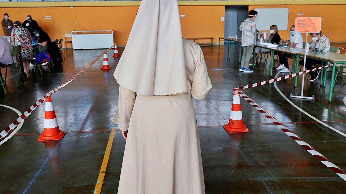 Una monja se dispone a votar en un colegio de Lugo.