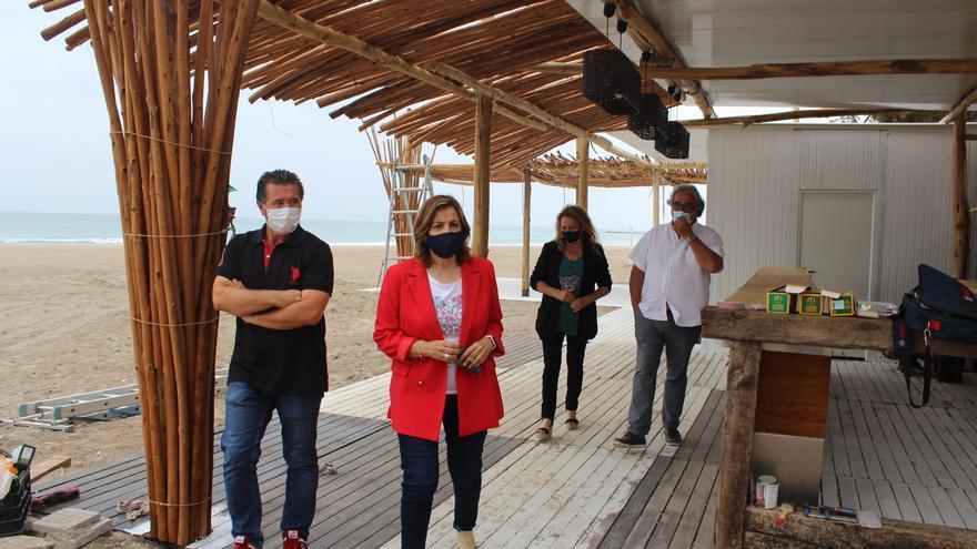 Los chiringuitos de Heliópolis en Benicàssim inician el montaje para abrir durante junio