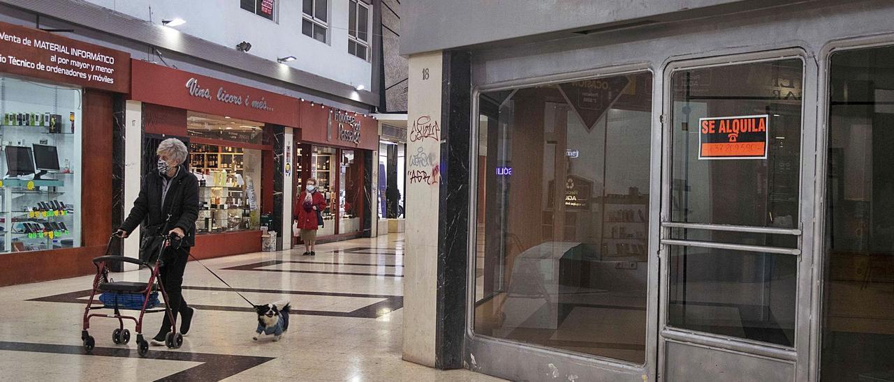 Un local comercial en alquiler situado en el pasaje Lombard, en pleno centro de Gandia, en una imagen de mediodía de ayer.                                 | DANI MONLLOR