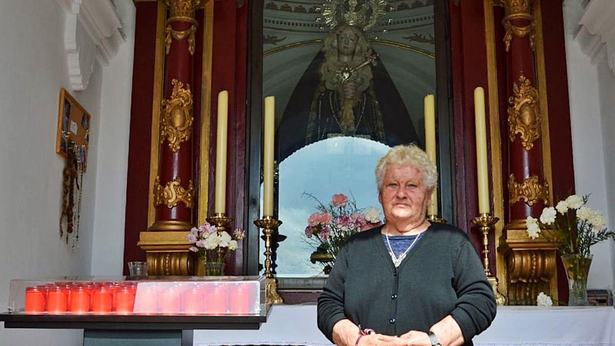María López en el interior de la capilla de la Virgen de Dolores del Puente