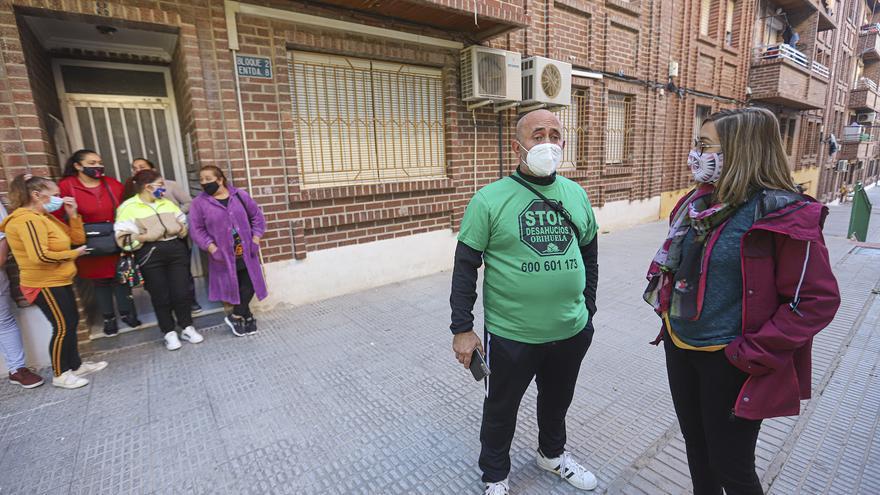 La presión social logra paralizar el desahucio de tres familias del mismo edificio en Orihuela