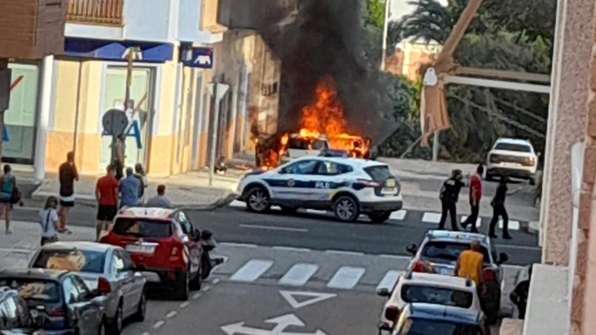 Un coche en llamas en Torrellano termina quemando la fachada de un edificio
