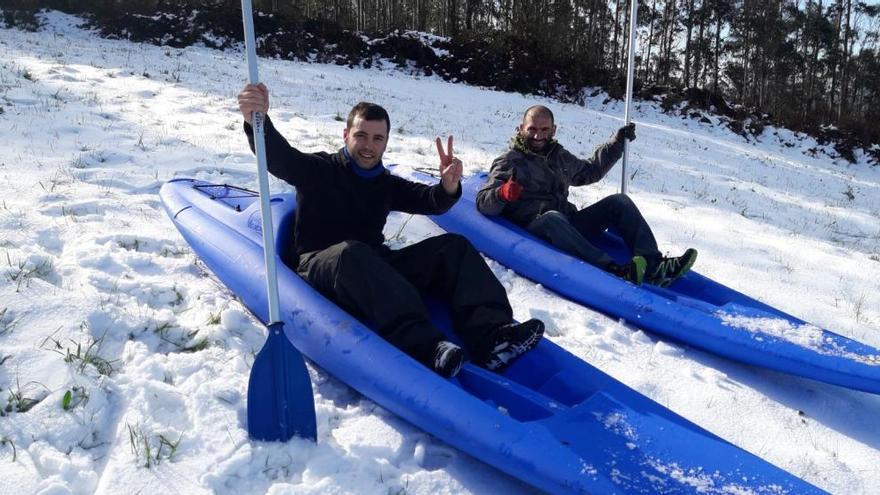 Aprovechan la nieve... para bajar una montaña en kayak en San Tirso de Abres