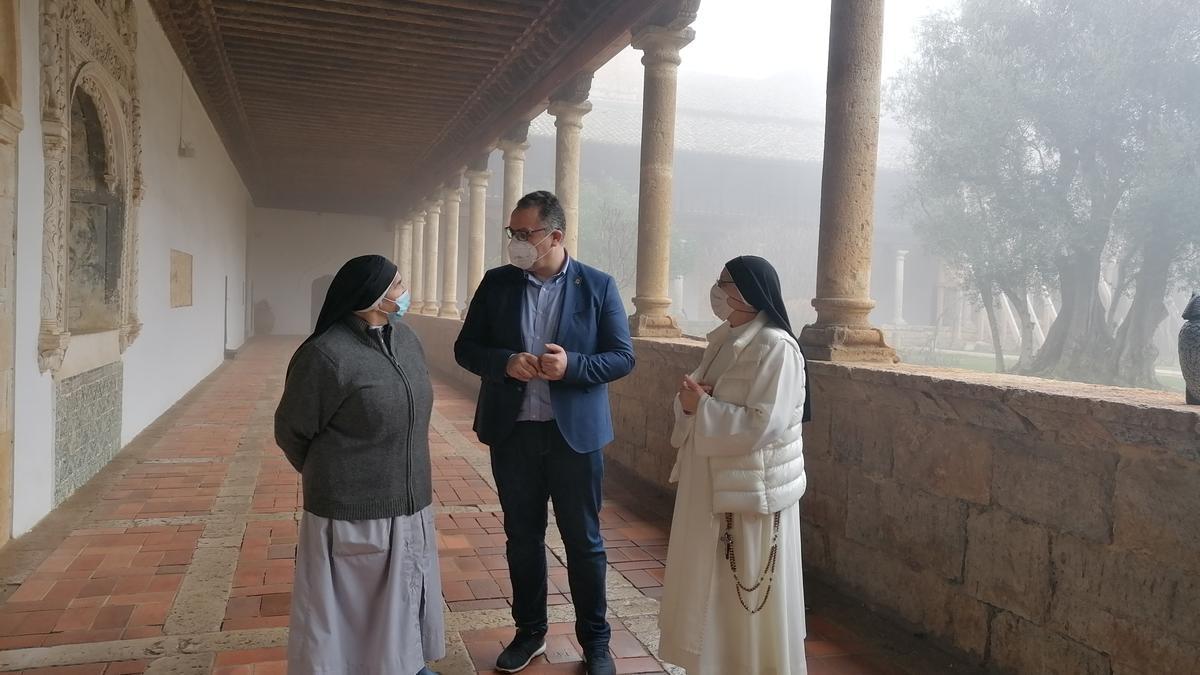 Prada informa a dos religiosas sobre el aumento de la ayuda en el claustro del convento