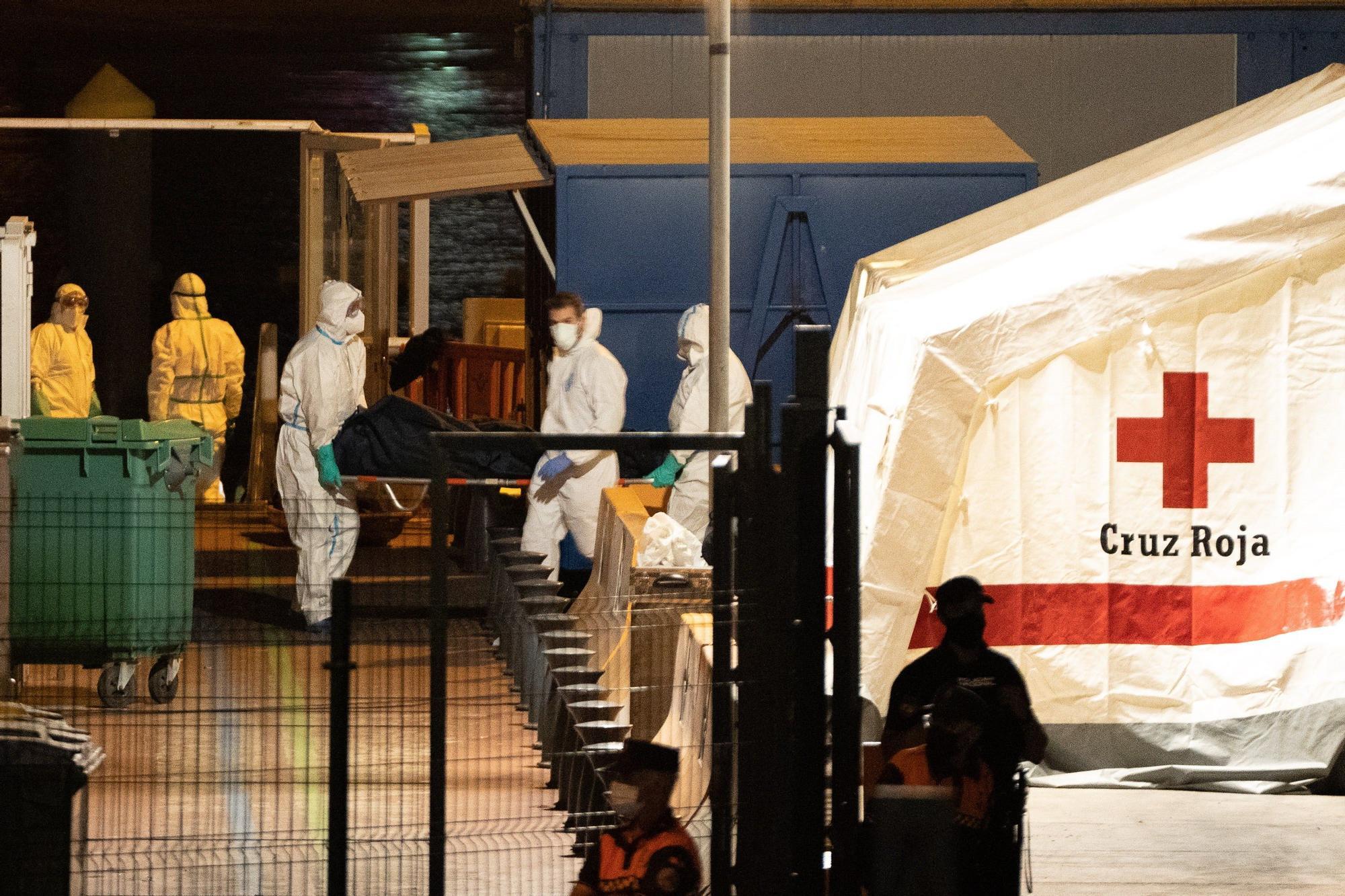 Llegada de los cadáveres migrantes fallecidos cerca de El Hierro (28/04/21)