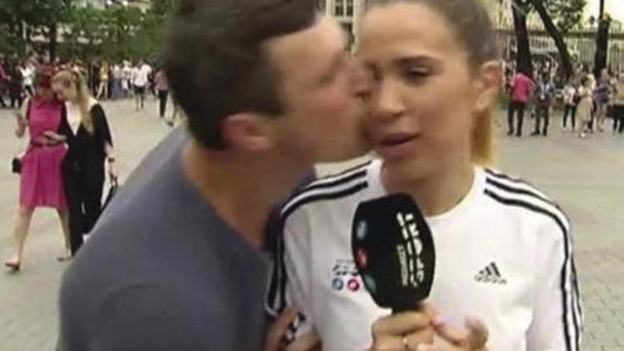 La reportera española María Gómez, acosada por un aficionado que le dio un beso durante un directo en el Mundial de Rusia