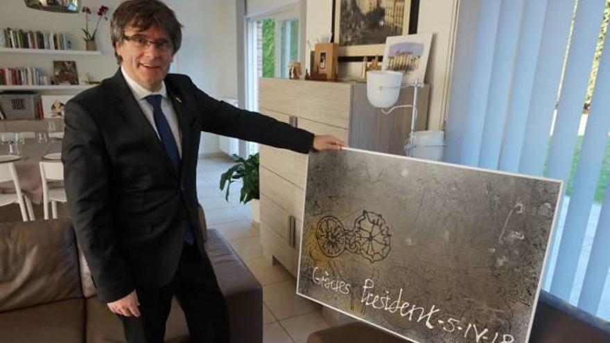 Puigdemont rep un quadre de l'artista Domènec Fita