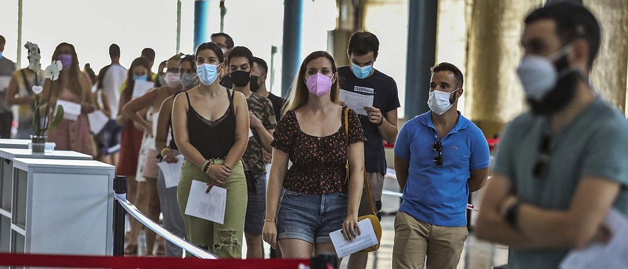 Vacunación de personas entre 20 y 29 años en las instalaciones de IFA