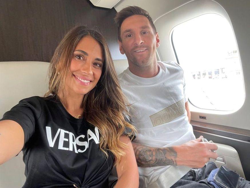 Messi i la seva parella Antonella a l'avió