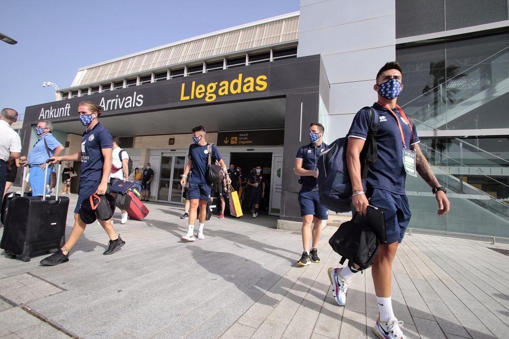 Llegada de los marinistas al aeropuerto Tenerife Sur.