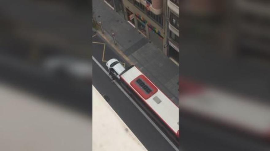 La EMT investiga la embestida de un autobús urbano a un vehículo privado en Valencia