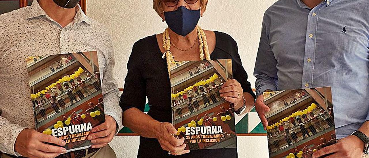 De izquierda a derecha: Capilla, Sabater y Prieto con el libro. LEVANTE-EMV