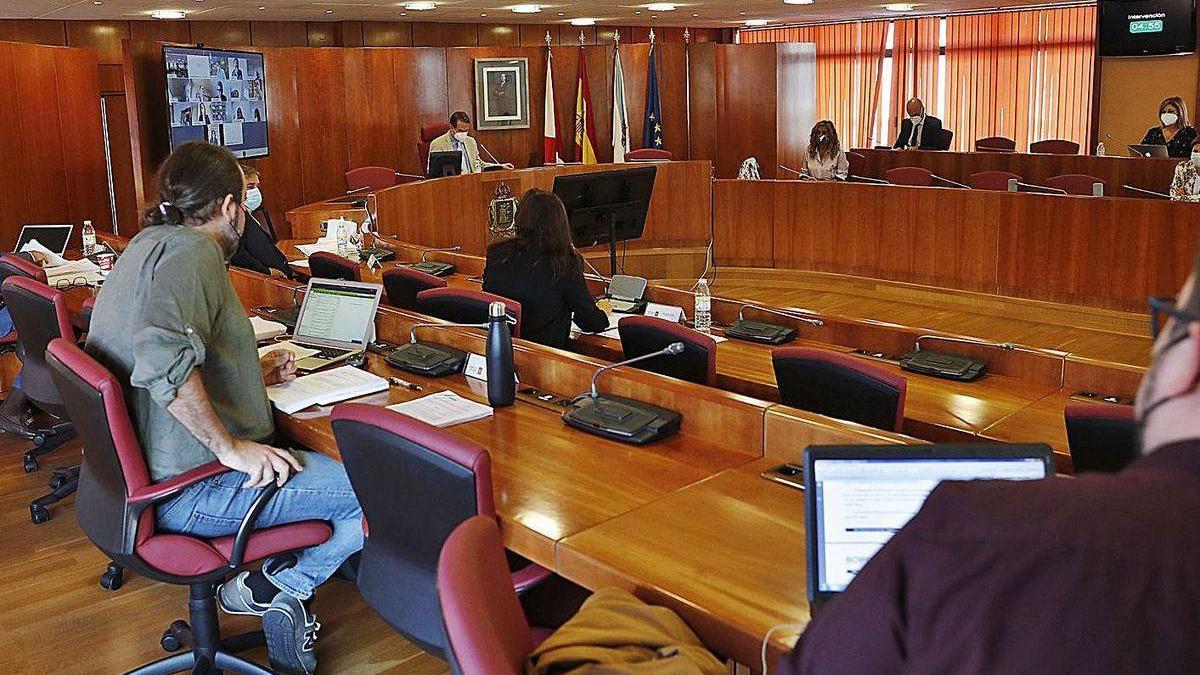 Un momento del pleno celebrado ayer en el Concello, con el alcalde presidiendo al fondo.