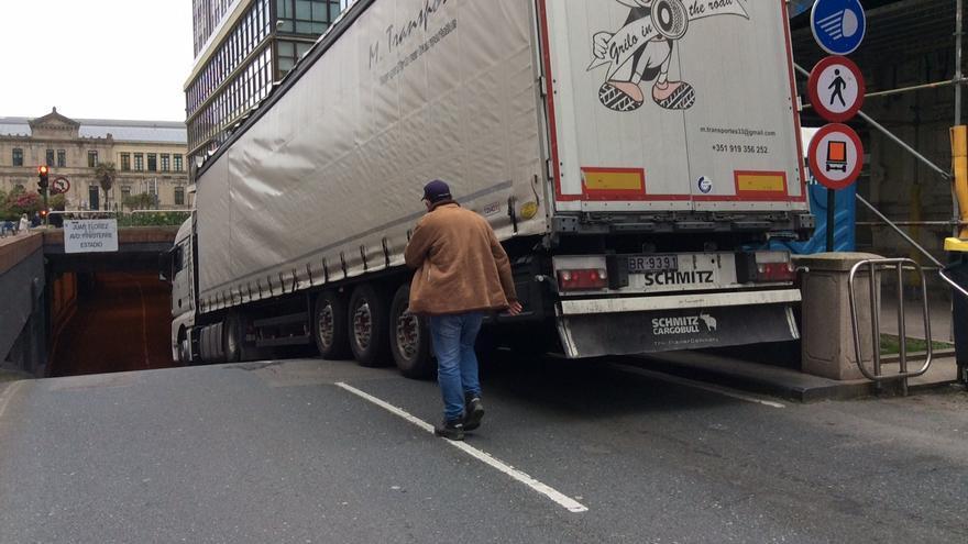 Un camión bloquea el acceso al túnel de Juana de Vega