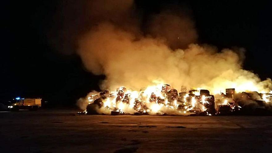 Alpacas de alfalfa ardiendo como consecuencia del fuego.   Bomberos Toro