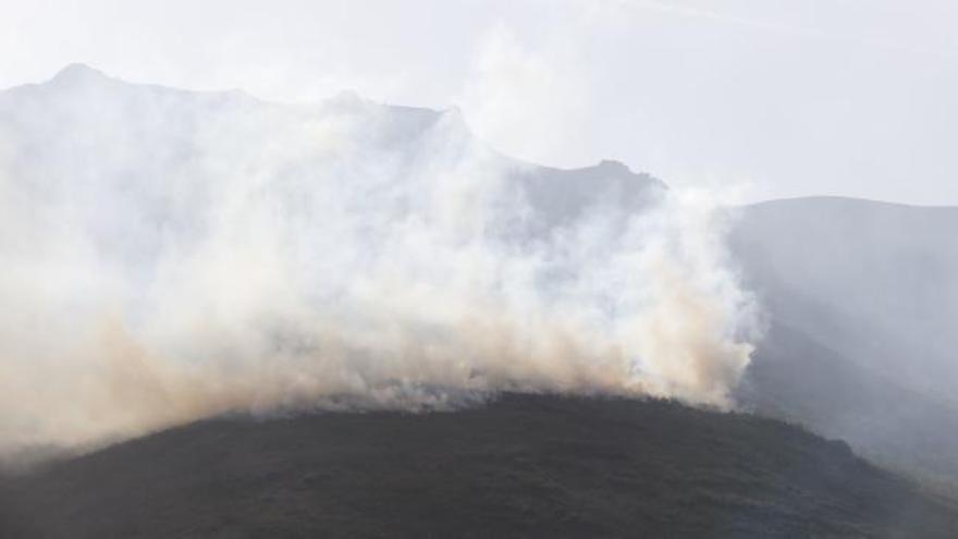 """El riesgo de incendios será """"muy alto"""" hoy en cinco municipios del occidente de Asturias"""