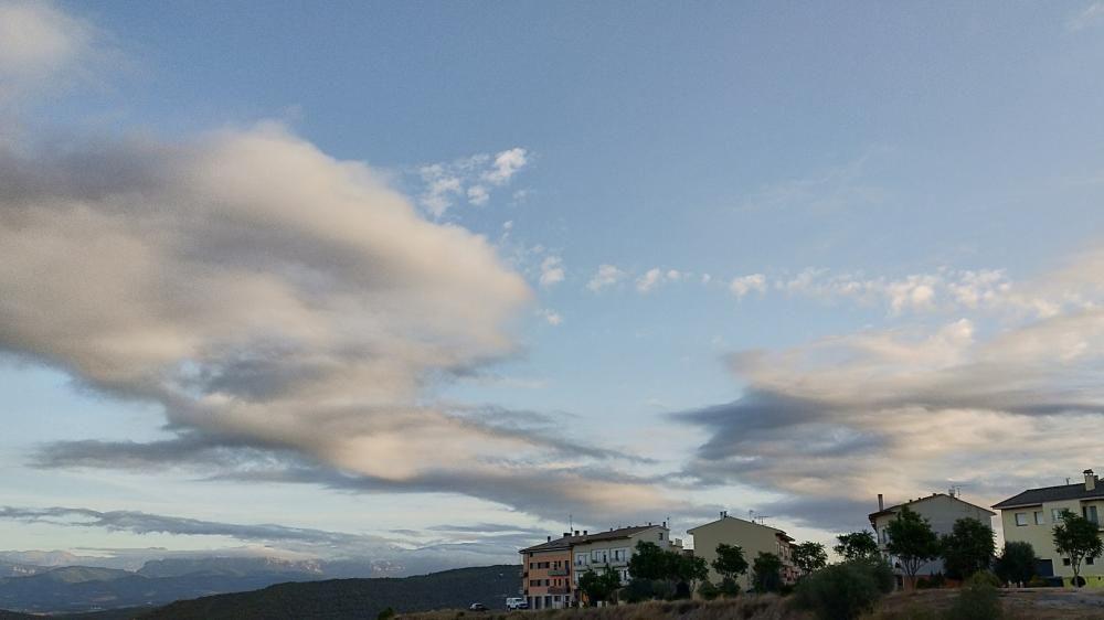 El matí arrencava entre núvols i clarianes a Cardona.
