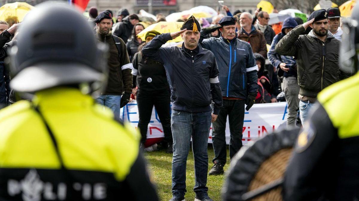 La Policía emplea cañones de agua en las protestas contra las restricciones en Ámsterdam