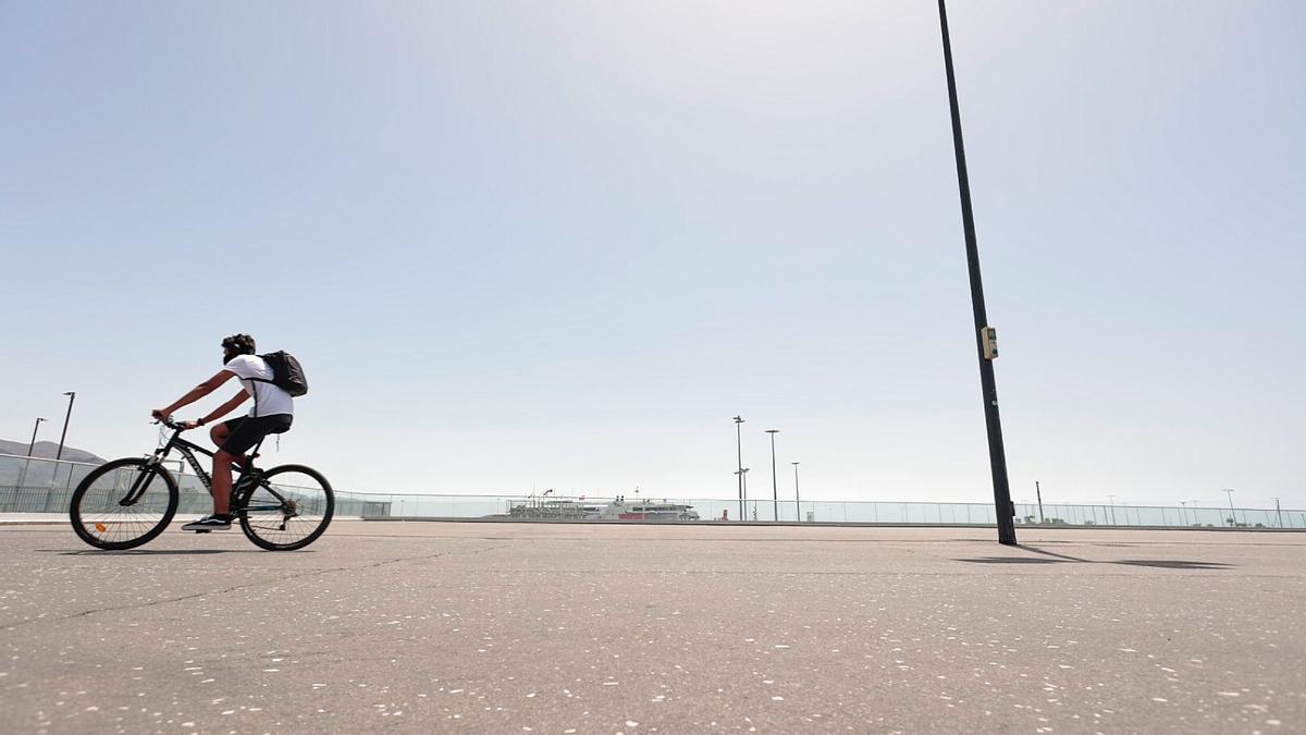 Un ciclista durante su paseo por la capital tinerfeña durante la ola de calor de la pasada semana.